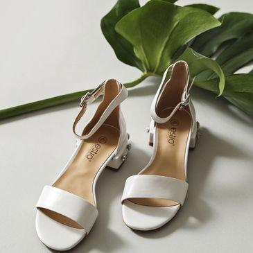 Білосніжні сандалі